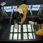 glass-floor-cleani_2195736k